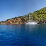 Boot in baai bij Epidauros, Greece