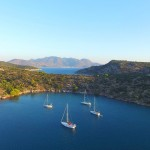 Drone photo boot in baai bij Poros, Greece