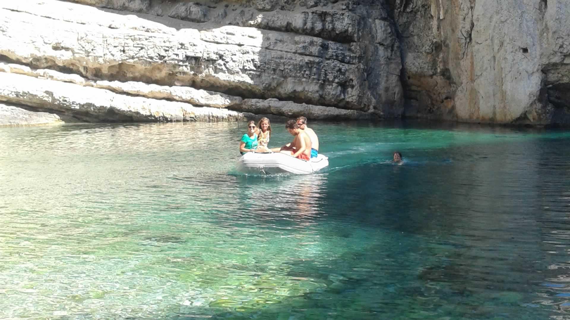 In onze dinghy in Kroatie, bij het eiland VIS
