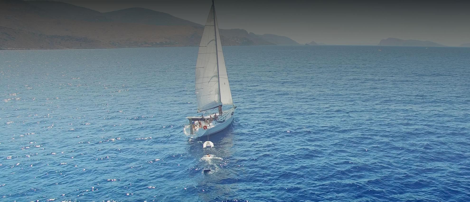 Onder zeil voor Hydra, Griekenand, leuke single reizen van Single Sail and Sun